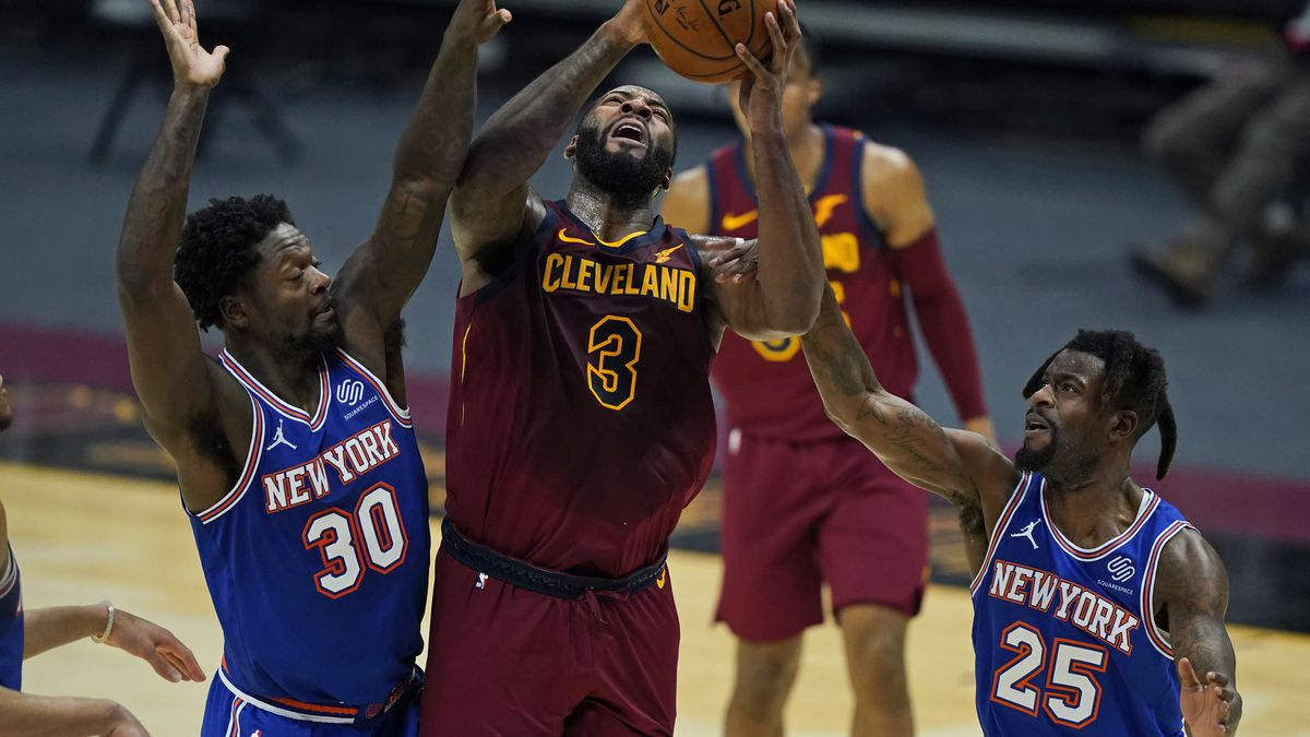 Cleveland Cavaliers' Andre Drummond (3) drives to the basket against New York Knicks' Julius...