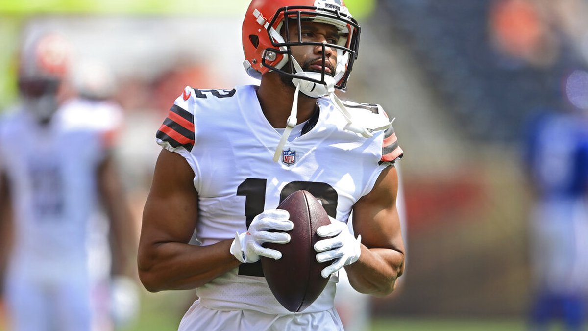 Cleveland Browns wide receiver KhaDarel Hodge warms up before an NFL football game against the...