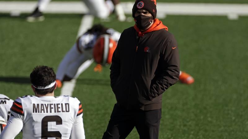 Cleveland Browns head coach Kevin Stefanski talks to quarterback Baker Mayfield (60 before an...