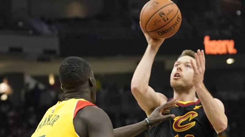 Cleveland Cavaliers' Matthew Dellavedova shoots over Milwaukee Bucks' Thon Maker during the...