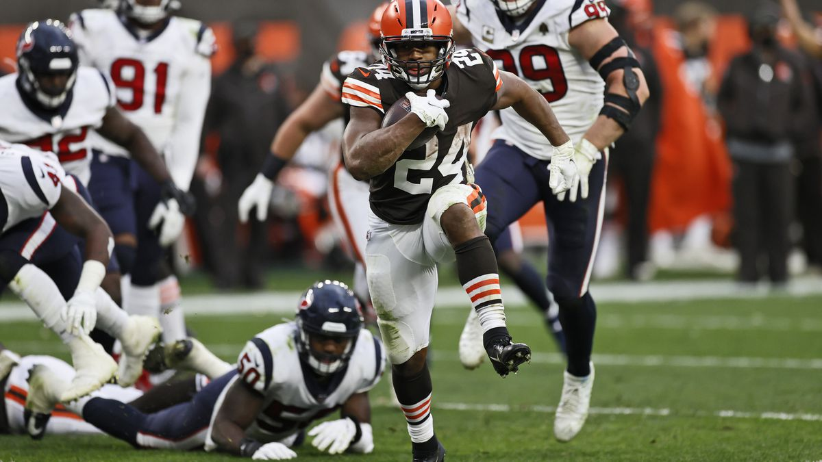 Cleveland Browns running back Nick Chubb (24) rushes for a 9-yard touchdown during the second...