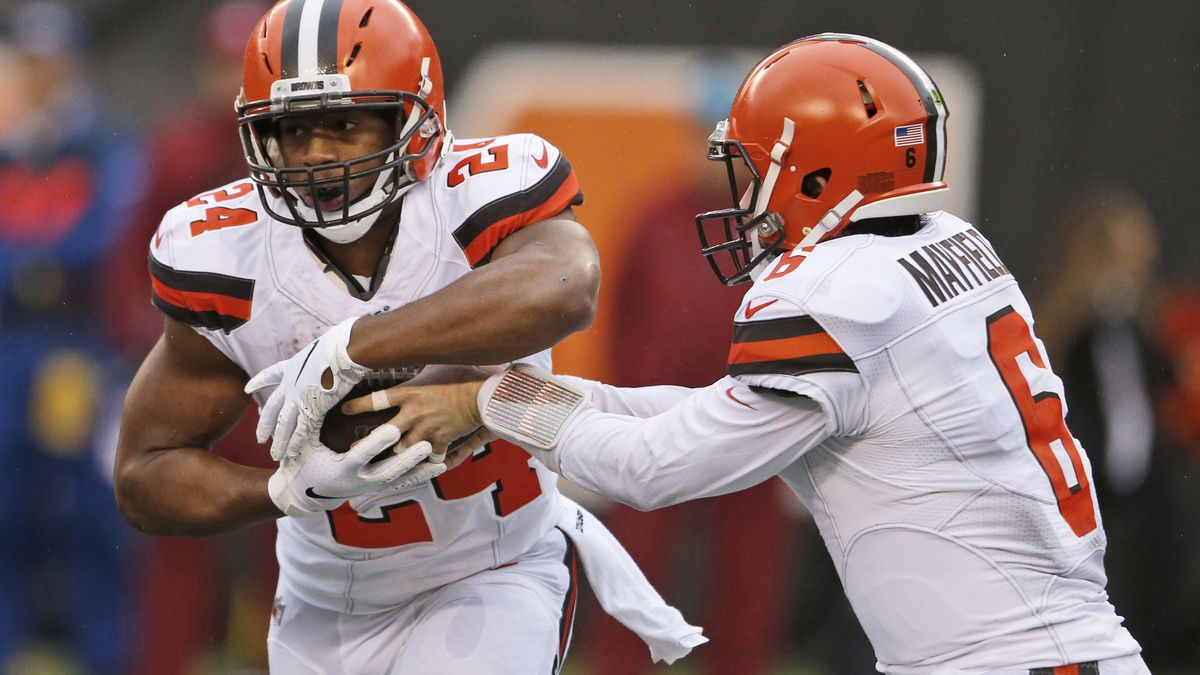 Cleveland Browns quarterback Baker Mayfield (6) hands the ball off to running back Nick Chubb...