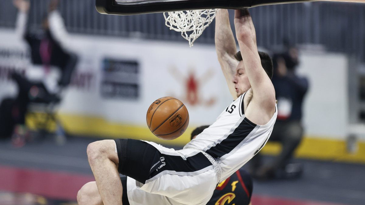 San Antonio Spurs' Drew Eubanks (14) dunks against the Cleveland Cavaliers in the first half of...