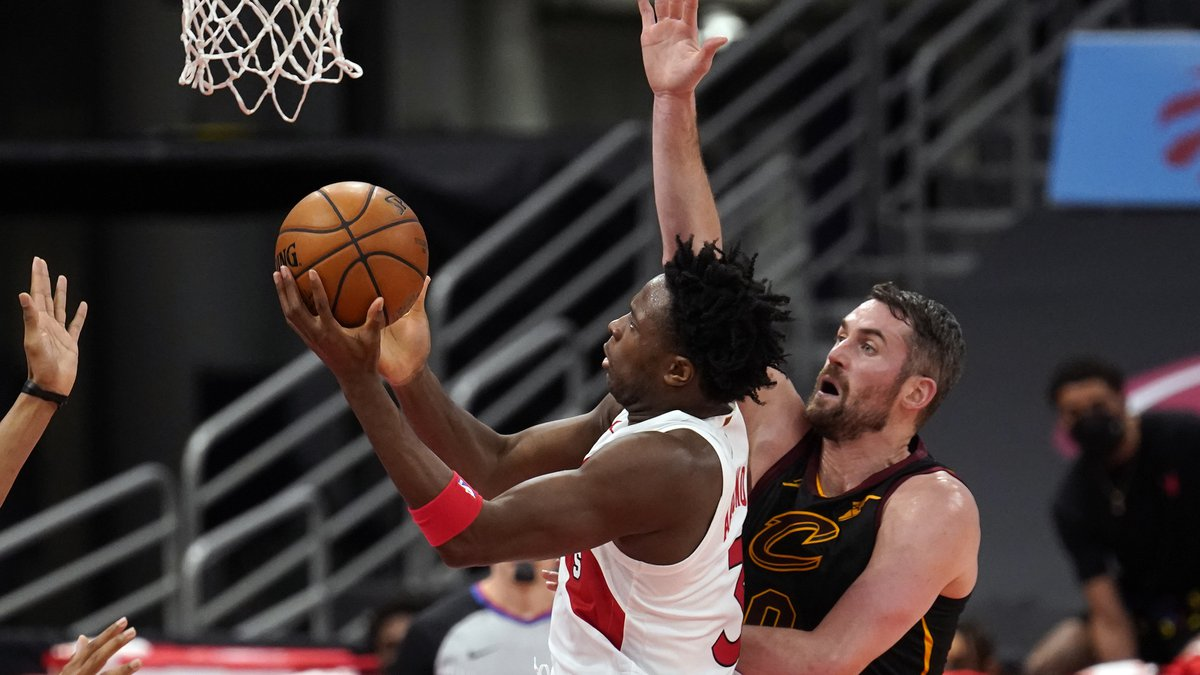 Toronto Raptors forward OG Anunoby (3) shoots in front of Cleveland Cavaliers forward Kevin...