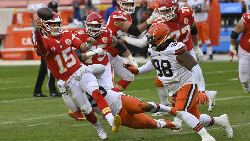 Kansas City Chiefs quarterback Patrick Mahomes (15) throws a pass in front of Cleveland Browns...